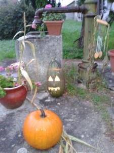 Az iskolánk udvarán lévő kút őszi színekbe öltöztetve